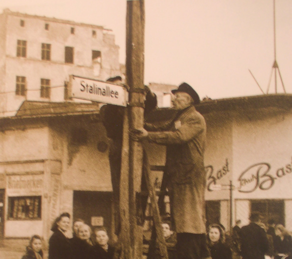 Renaming the street into the Stalinallee. (Berlin-Mitte/Friedrichshain, December 1949/January 1950. ©Unclear)