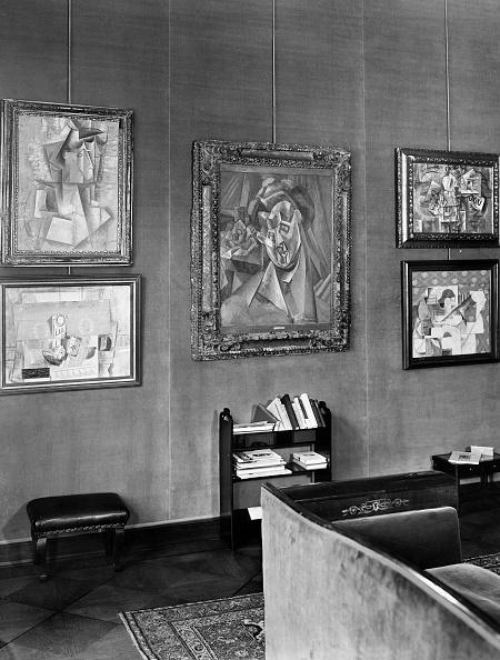 Bilderwand mit kubistischen Gemälden in einem Raum des Hauses von Alfred Flechtheim, Berlin