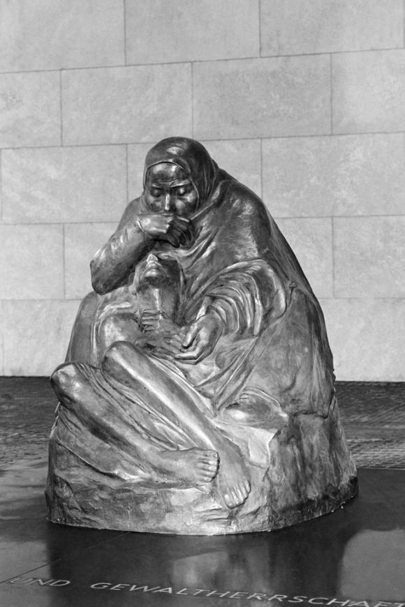 Mutter mit dem Toten Sohn at the Neue Wache (photo by Klaus Lehnartz).